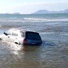 Auto in mare alla foce di Licola. Come ci è arrivata lì?