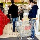 Mascherina abbassata al supermercato, scatta la rissa con botte e schiaffi: cassiere e cliente all'ospedale