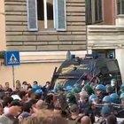 Corteo no Green Pass, l'urlo dei manifestanti: «Assassini»