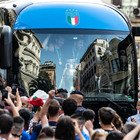 L'Italia campione d'Europa in via Nazionale: tifosi in festa bloccano il pullman per strada (foto Davide Fracassi/Ag.Toiati)