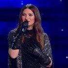 Laura Pausini commossa sul palco dell'Ariston. Interviene Fiorello: «Si è emozionata...»