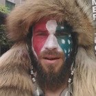 """Jake Angeli, alcune fra le proteste dello """"sciamano"""" che ha guidato l'assalto al Congresso Usa"""