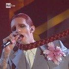 Achille Lauro, il tributo a Mina e al rock 'n roll sul palco dell'Ariston: «Dio benedica chi gode»