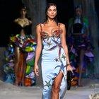 """Versace porta la fashion week """"in fondo al mare"""", Donatella: «Ho sognato un nuovo mondo»"""