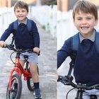 Kate Middleton, Louis compie tre anni. La tenera foto in bici per andare all'asilo. I fan notano un dettaglio: «Com'è possibile?»