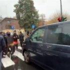 Milano: fumogeni e blocco traffico davanti alla sede di Regione Lombardia