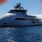 Sardegna, lo yacht Olivia O a prua rovesciata: eliporto e cinema a bordo, le foto incredibili