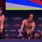 L'rrivo in conferenza stampa cantando «poporoppopopo» VIDEO