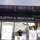 Avviso all'ospedale di Roma: «Andate dal medico di famiglia, qui serve spazio per i casi Covid»