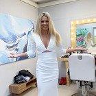 Michelle Hunziker incanta con l'abito lungo bianco ad All Together Now, ma i fan notano un dettaglio: «Com'è possibile?»