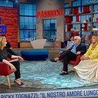 """Simona Izzo e Ricky Tognazzi a """"Oggi è un altro giorno"""": «Sposati da 36 anni, lui non voleva ma durante un viaggio in macchina...»"""