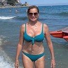 Simona Ventura e la foto in bikini a 55 anni: «Alla fine faccio ancora la mia porca figura!»