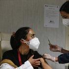 Contagiato dopo il vaccino, cosa succede? Sintomi, febbre e carica virale