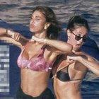 Belen Rodriguez e Cecilia single in barca: il balletto hot di fine estate