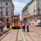 Carla Fracci, l'omaggio dei tranvieri: il tram passa davanti alla Scala scampanellando, come faceva il papà quando lei si allenava