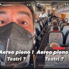 Max Giusti sul volo tutto esaurito: «L'aereo è pieno, e i teatri ancora chiusi». La denuncia social