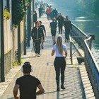 Milano vuota, ma i navigli sono pieni di gente che cammina e corre