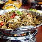 Alimentazione, «Non mangiate troppo»: e davanti al ristorante spunta la bilancia pesa-clienti