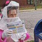 A 102 anni esce di casa con uno scafandro anti Covid per votare tramite posta alle presidenziali Usa: «Il futuro della democrazia è in gioco»