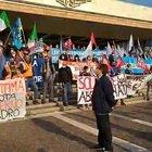 Crisi Covid, protesta dei lavoratori del porto di Venezia davanti alla stazione I motivi dello sciopero