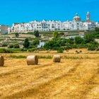 Puglia, il borgo a pochi km da Alberobello tra balconi fioriti e balle di fieno coperte da centrini