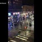 Guerriglia a Milano, scontri e bombe carta in corso Buenos Aires