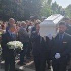 Funerali Gabriel, palloncini bianchi e migliaia di persone per l'ultimo saluto al bimbo ucciso. I genitori sono in carcere