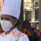 """Tovaglie apparecchiate sul pavimento, la protesta dei ristoratori al Pantheon: """"Siamo a terra"""""""
