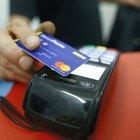 Detrazioni e sconti fiscali per chi paga con bancomat e carta di credito