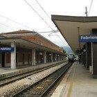 Volo-choc sui binari della stazione, muore una studentessa di 15 anni: si sarebbe lanciata all'arrivo del treno