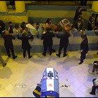 Maradona, tifosi con maglie e bandiere per l'ultimo saluto nella camera ardente
