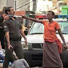 """""""La mamma difende il figlio dai poliziotti"""", la foto diventa virale ma la realtà è un'altra"""
