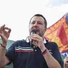 Matteo Salvini: «Il vaccino a chi ha meno di 40 anni non serve». Renzi lo boccia: «È follia»