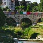 Il Ponte romano rivestito da mattonelle di lana: guarda l'originale opera