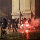 Roma, scontri in centro: bombe carta e cassonetti in fiamme: 16 fermati, fra loro ultrà della Lazio e militanti dell'estrema destra