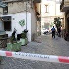 Omicidio a Napoli, pregiudicato ucciso tra la folla del sabato pomeriggio con venti colpi di pistola