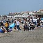 Ostia, pienone sul litorale romano per un sabato dal sapore estivo