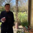 Gianni Morandi torna a casa dopo l'incidente alle mani, il video postato sui social