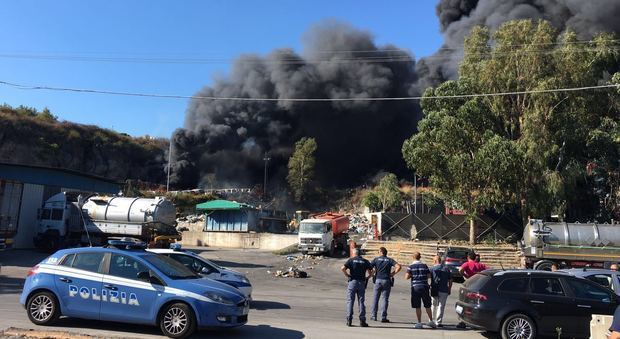 Torre del Greco - Vasto incendio in un deposito al viale Europa