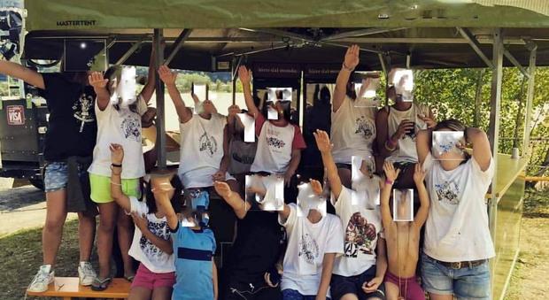 Bambini col braccio destro alzato Polemica per il saluto romano