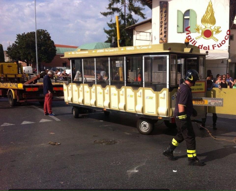 Pisa, si ribalta trenino per turisti vicino alla Torre: feriti