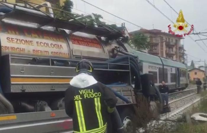 Gazzada, camion bloccato nel passaggio a livello: treno lo travolge FOTO