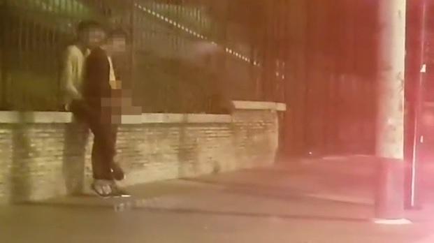 Roma choc, sesso in strada in pieno centro nella Gay Street