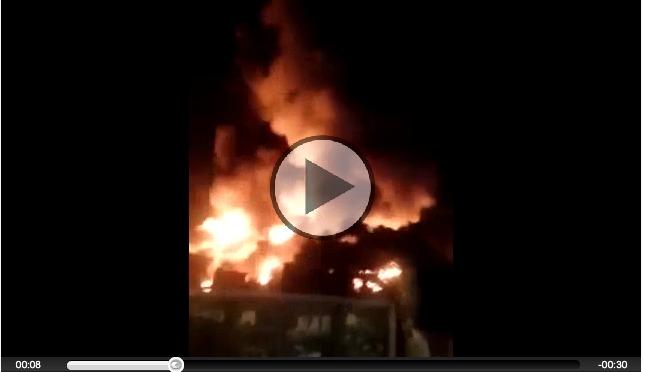 Melito. Incendio impressionante, scoppia una fabbrica di materassi. Gente in strada