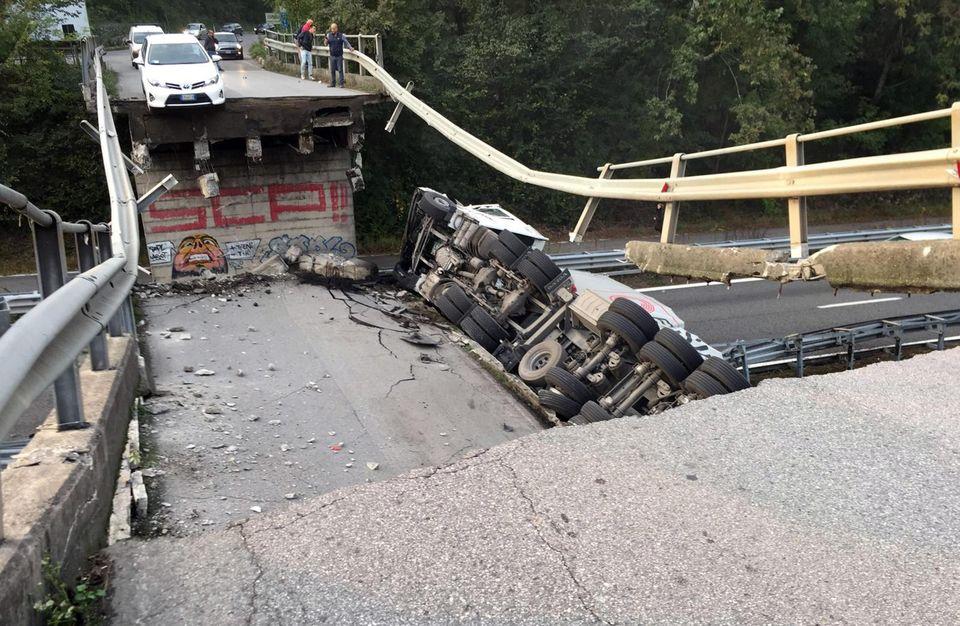 Cede cavalcavia nel Lecchese, auto coinvolte: un morto e 5 feriti