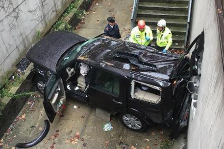 Auto cade dal secondo piano di un parcheggio: donna e bambino ricoverati