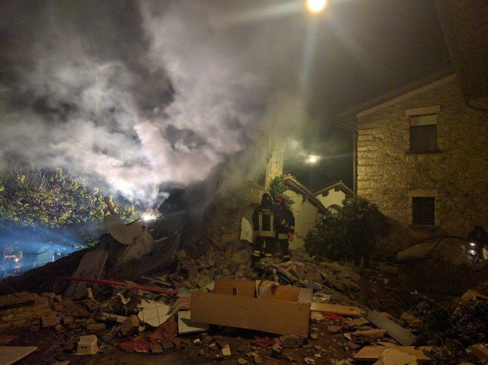 Firenze, crolla un edificio: tre feriti, sotto le macerie un'altra persona