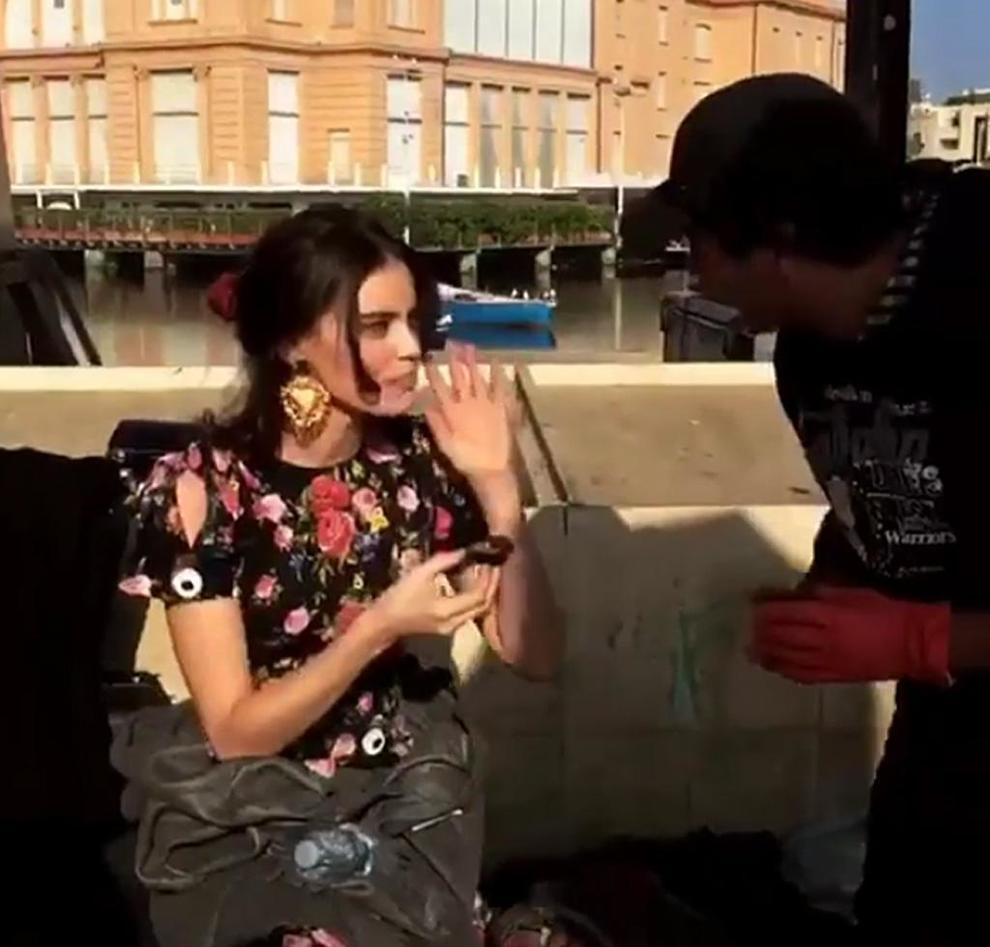 Bari, una supermodella assaggia ricci sul lungomare: ecco lo shooting di Dolce&Gabbana
