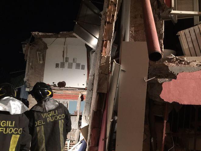 Ariccia, crolla palazzina di due piani per un'esplosione: tre feriti