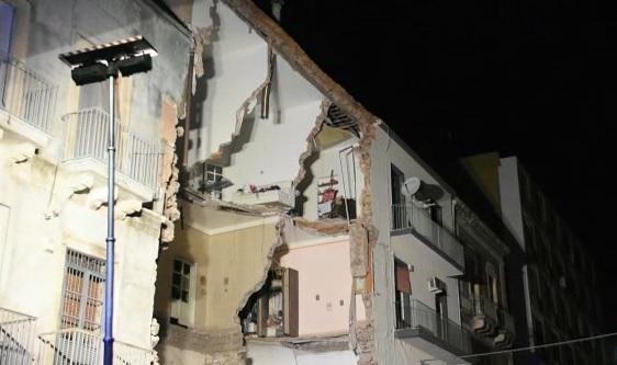 Catania, crolla una palazzina per un'esplosione: un Morto e 4 feriti